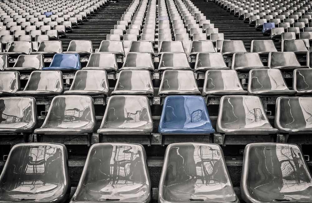 les gradins d'un stade en Bretagne