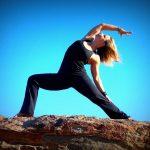 professeur de yoga préparant son cours