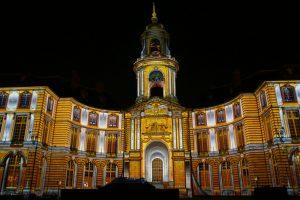 image de la mairie de rennes de nuit permettant de voir son architecture
